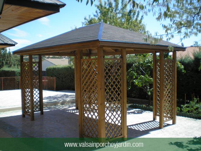 Cenador cuatro aguas con celosias for Valsain porche y jardin