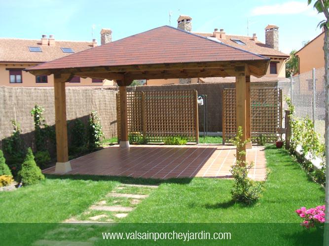 Cenador cuatro aguas con pilares en tres casas for Valsain porche y jardin