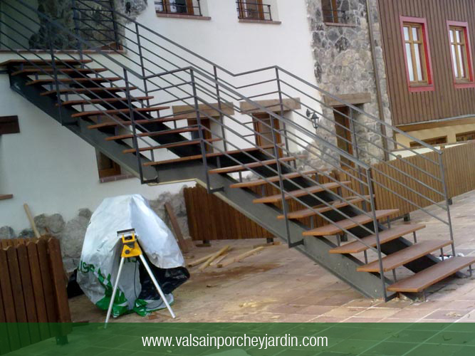 Escalera exterior casa rural la casa de navalhorno valsain - Fotos de escaleras exteriores de casas ...